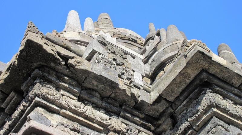 dihiasi beberapa stupa