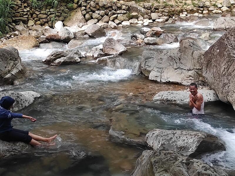 bermain air di aliran airnya
