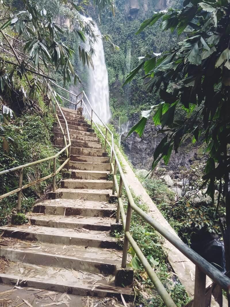tangga menuju curug silawe