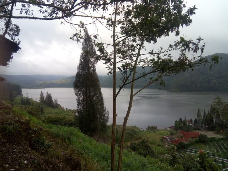danau lau kawar di kaki gunung sinabung