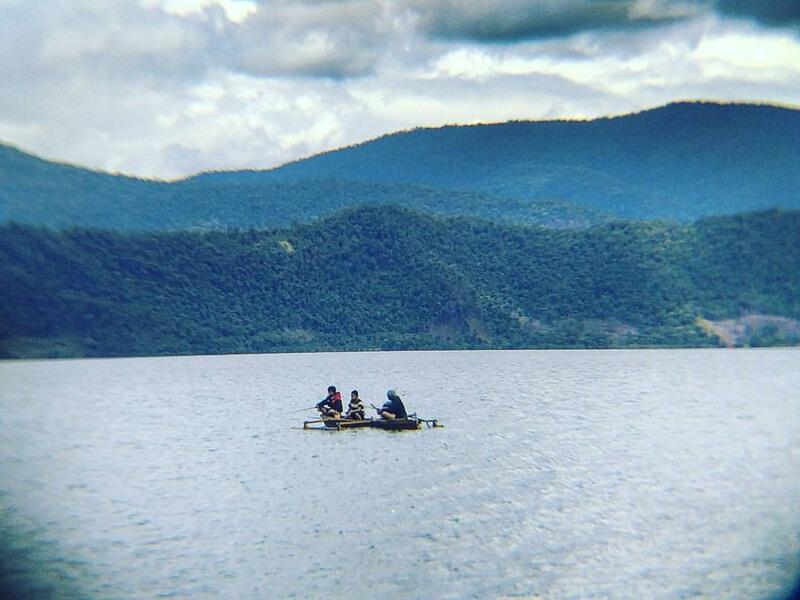 memancing di tengah danau towuti