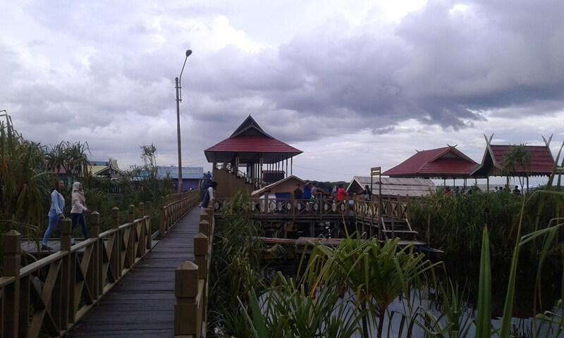 menyusuri jembatan kayu