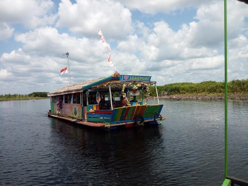 menyusuri sungai menggunakan perahu klotok