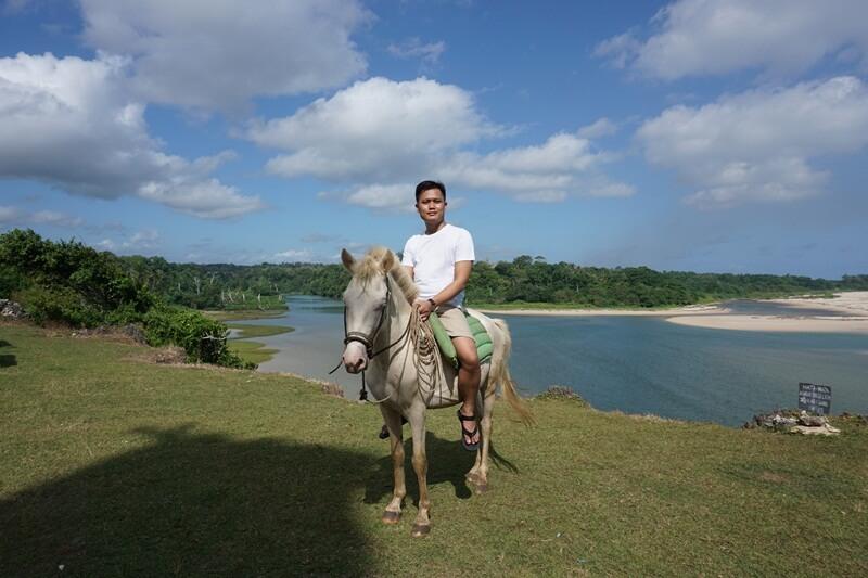 menikmati alam dengan berkuda
