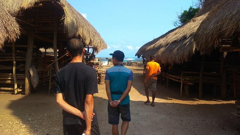 menyusuri setiap sudut kampung adat ratenggaro
