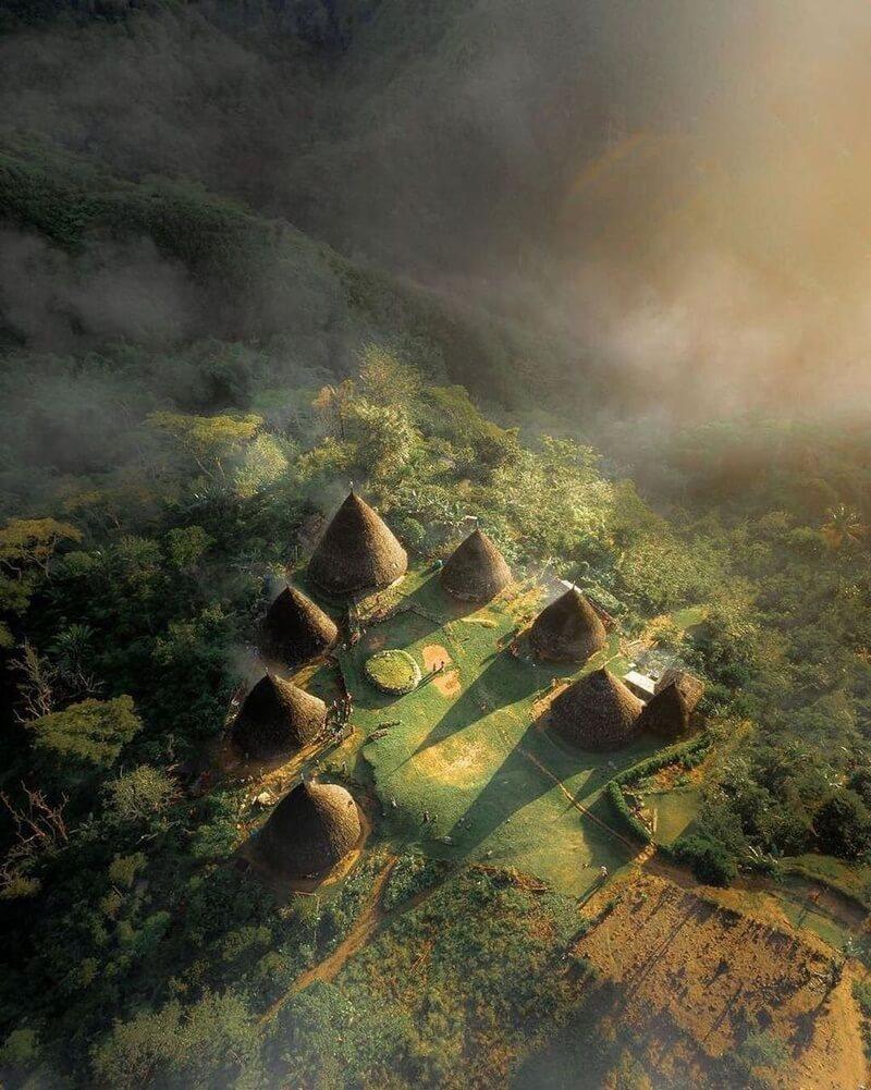 bangunan khas desa wae rebo