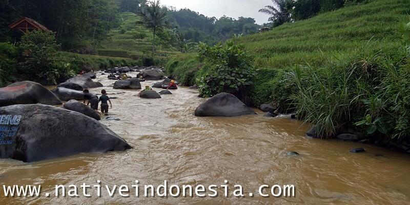 river tubing dengan view alam yang indah