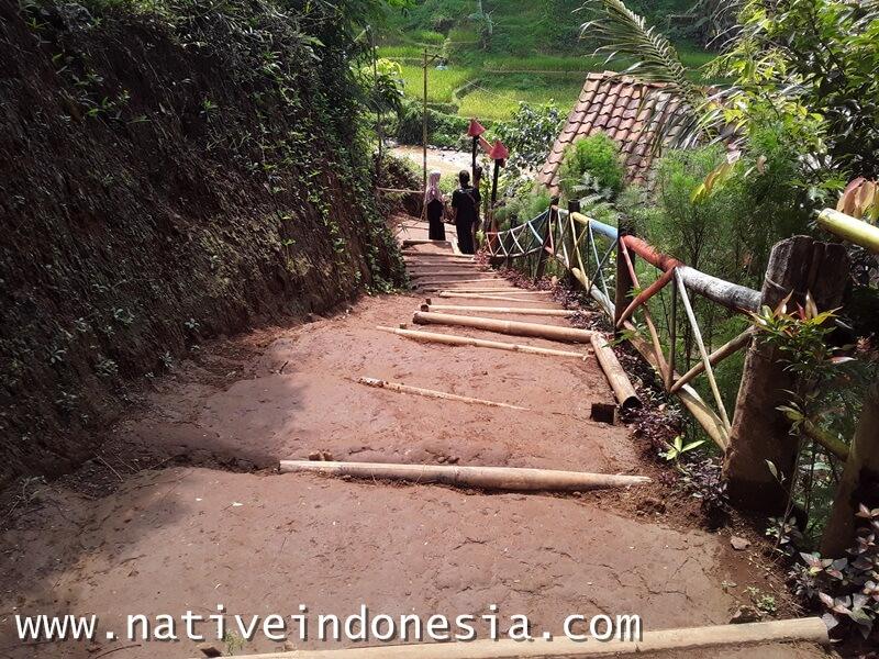 trekking menuju lokasi river tubing