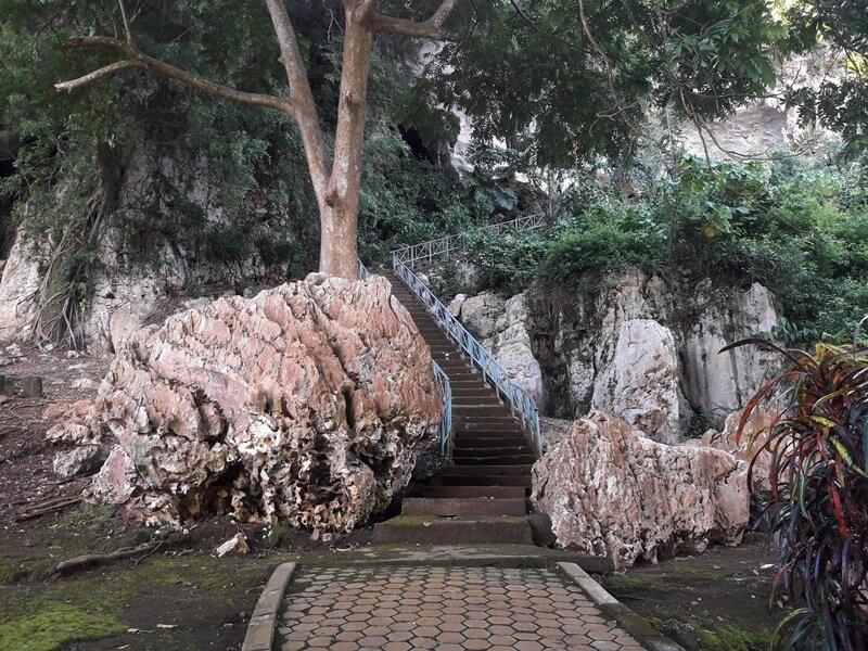 jalan menuju gua batu hapu