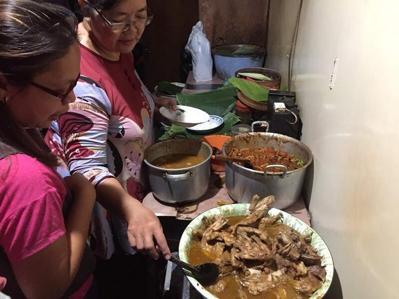 hidangan menunya dijajakan di dapur