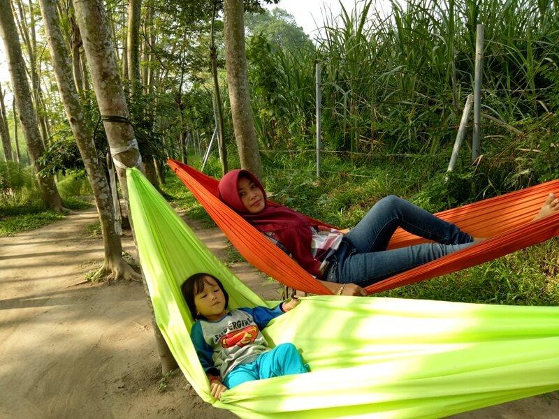 bersantai di hammock