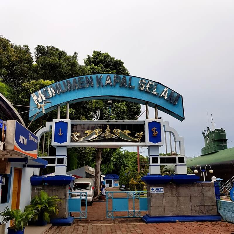 gerbang utama monumen kapal selam