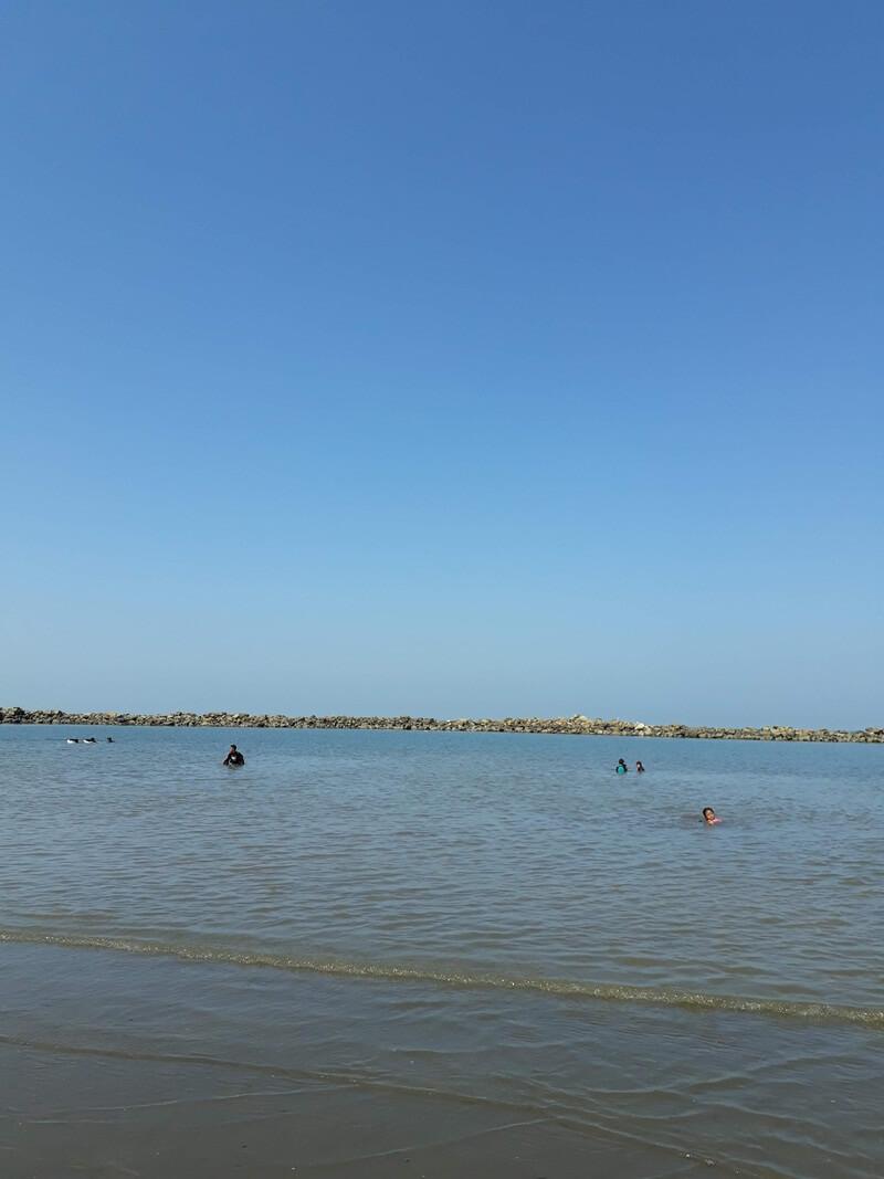 bermain air di pantai akkarena