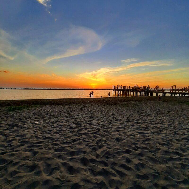 cantiknya sunset di pantai akkarena