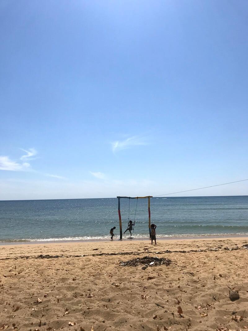bermain ayunan di pantai atapupu