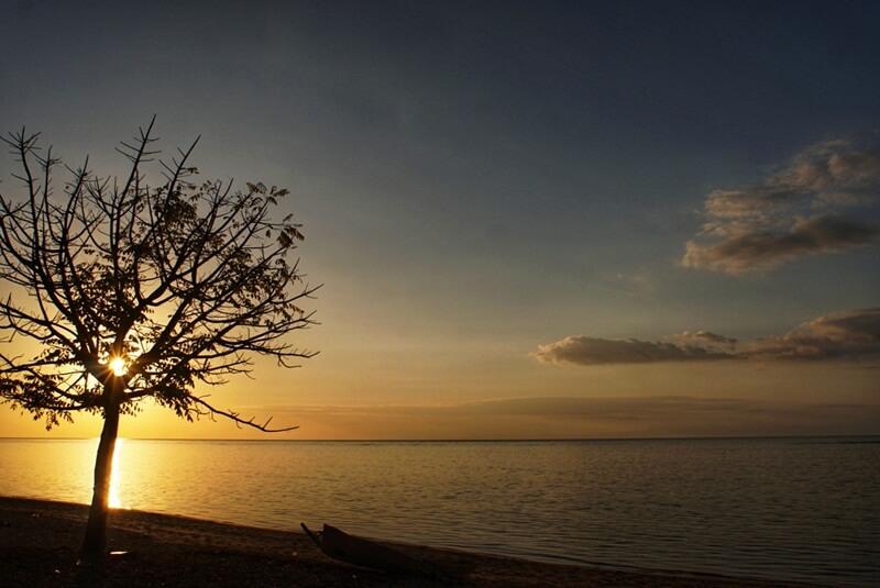 cantiknya sunset di pantai atapupu