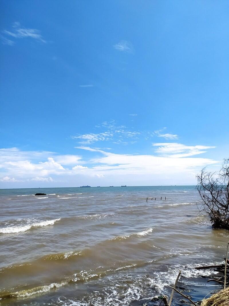 deburan ombak di pantai baruna