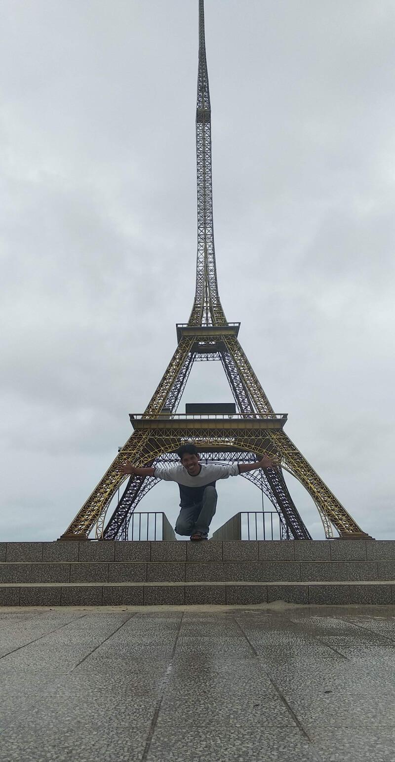berfoto bersama miniatur menara eiffel