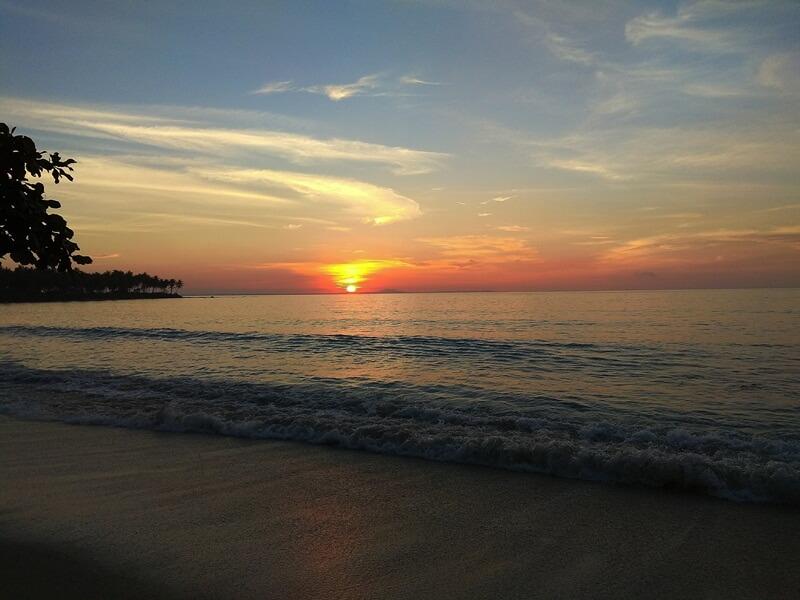 menikmati pergantian hari di pantai ciputih