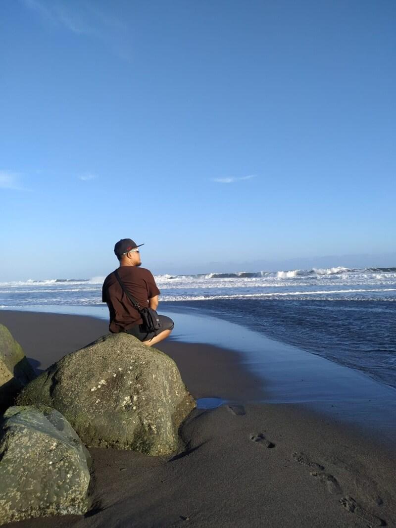 menikmati keindahan pantai congot