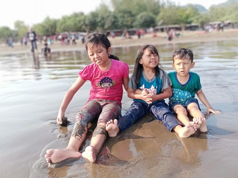 bermain air pantai dan pasirnya