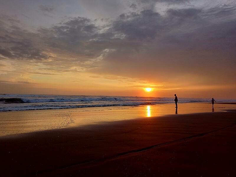 cantiknya senja di pantai jetis