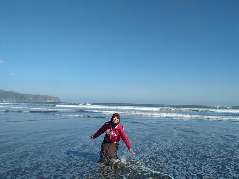 serunya bermain air di pantai jetis