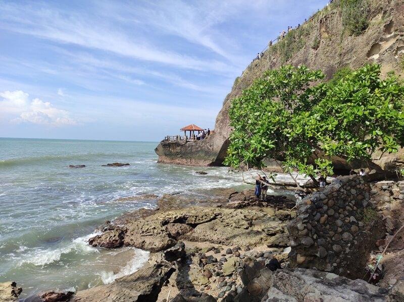 keindahan pantai karang bolong