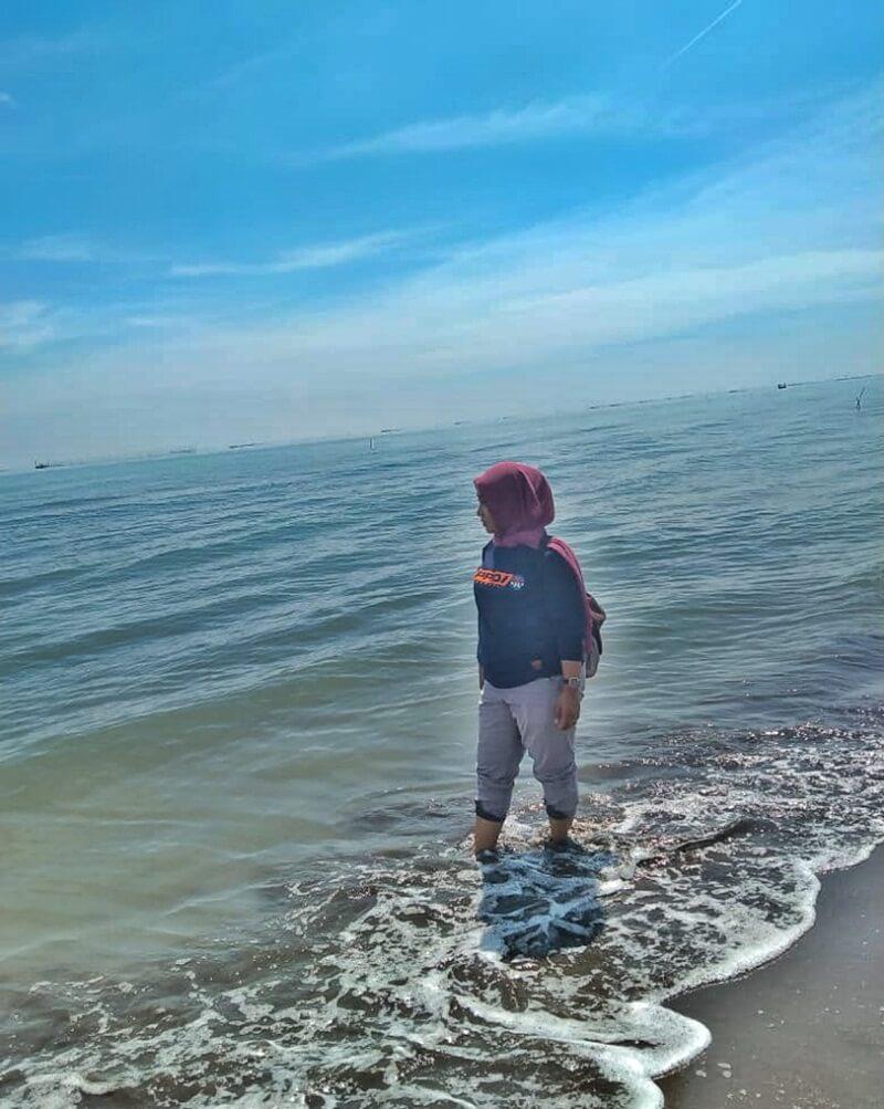 menikmati pantai karangsong