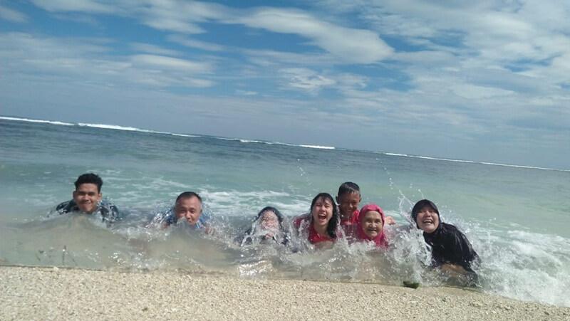 bermain air di pantai walur