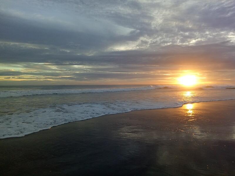 indahnya sunset di pantai mandiri