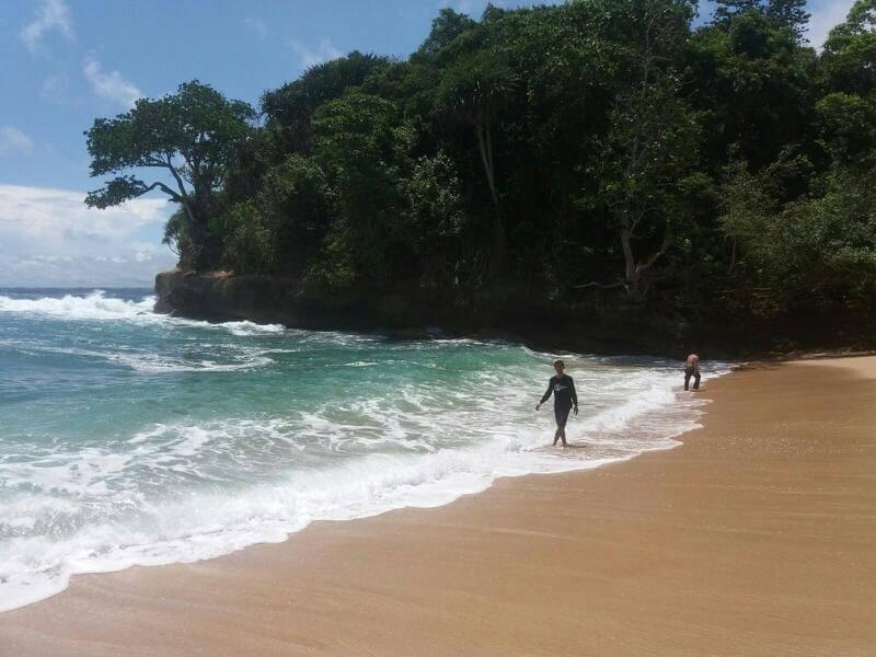 bermain air di pantai mrutu