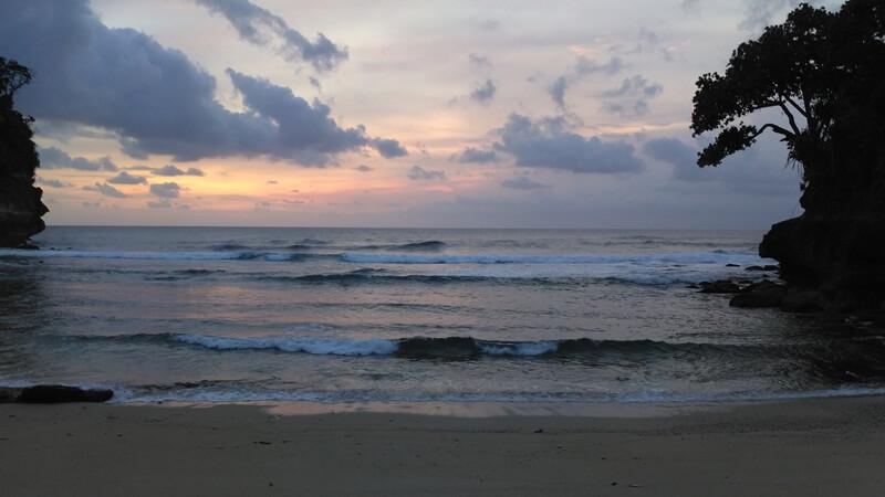 cantiknya sunset di pantai mrutu
