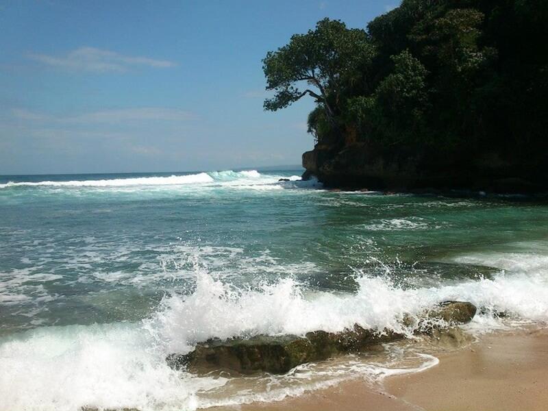 deburan ombak di pantai mrutu