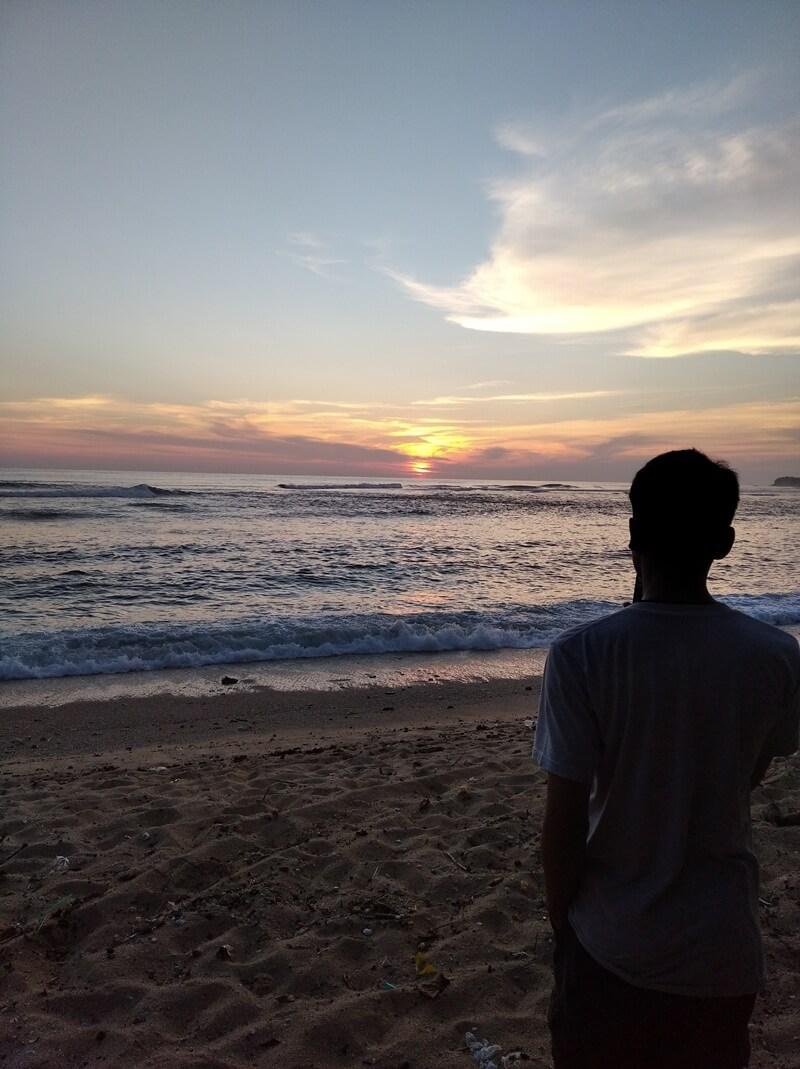 menikmati sunset di pantai ngliyep