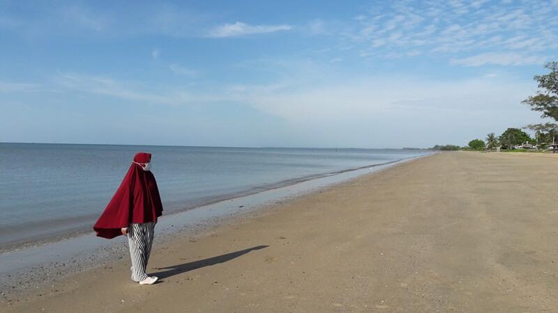memiliki pasir yang landai
