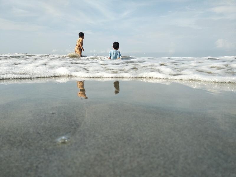 bermain air di pantai panjang