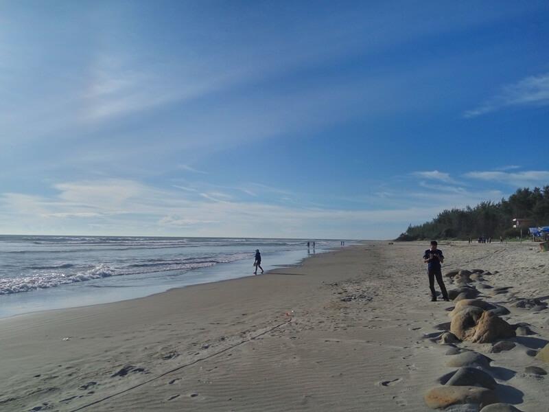 pantai panjang yang membentang