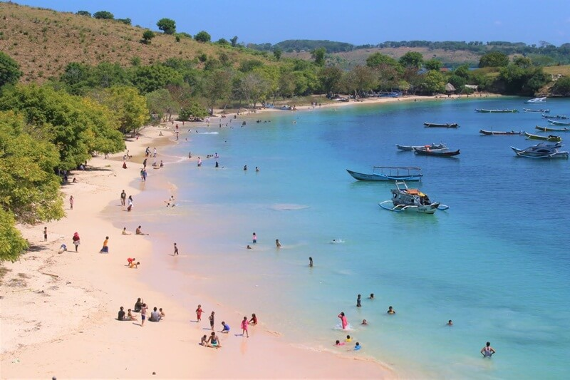 keseruan di pantai pink lombok