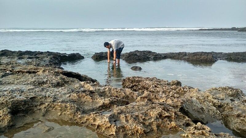 bermain air di pantai sayang heulang