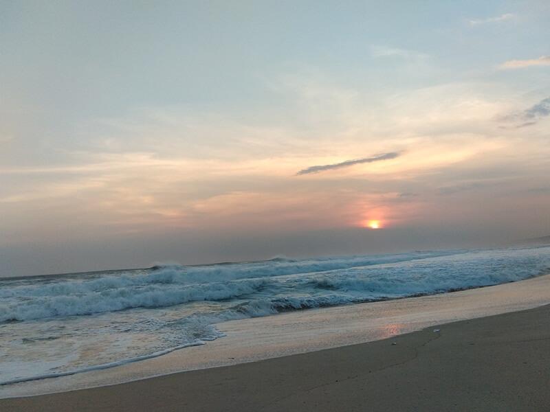 deburan ombak di pantai sayang heulang