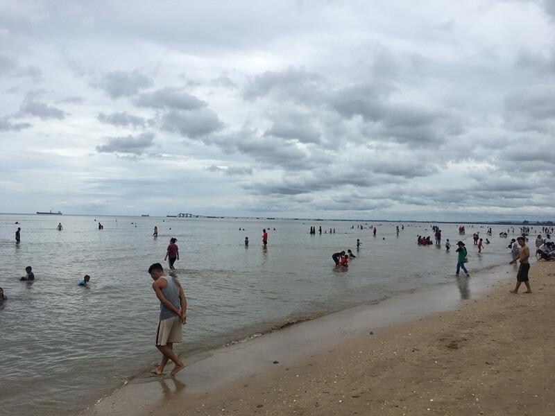 ramai pengunjung bermain tenangnya air