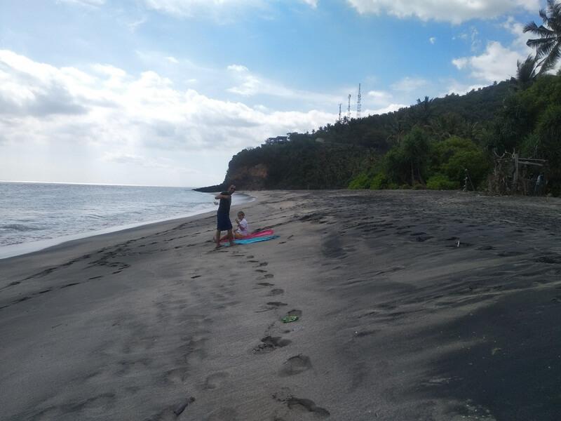 bersantai di pantai setangi