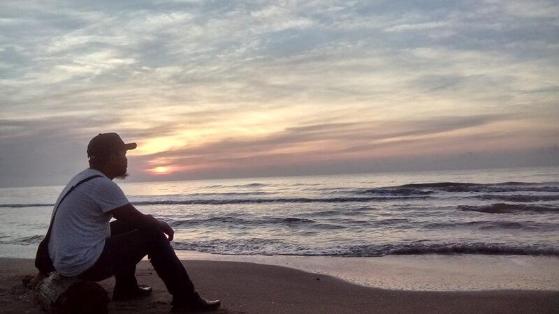 menikmati ketenangan di pantai sungai cuka