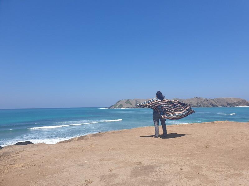 menikmati pantai tanjung aan