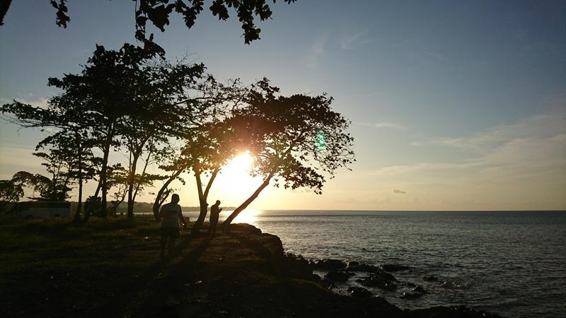 menyaksikan indahnya sunset