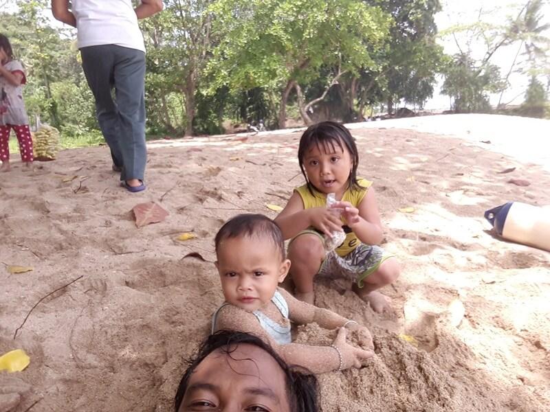 serunya bermain pasir