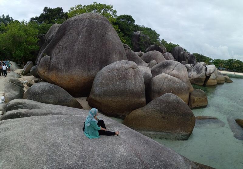 bersantai di atas batu