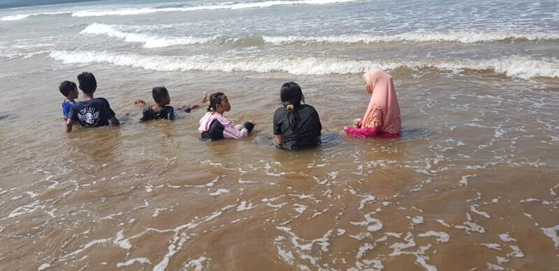 bermain air di pantai teleng ria