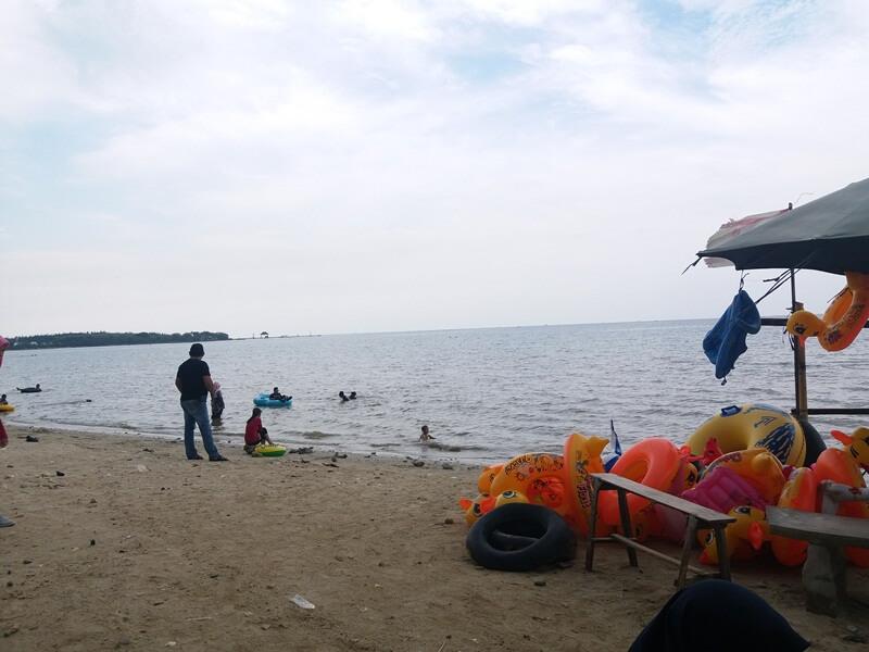 berenang di pantai teluk awur